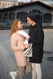 Młoda elegancka para w miłości chodzi w jawnym parku w wakacyjnym wieczór obrazy royalty free