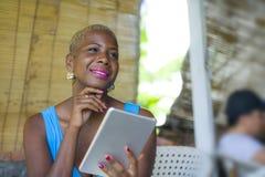 Młoda eleganckiego i eleganckiego czarnego afrykanina Amerykańska biznesowa kobieta Zdjęcie Stock