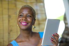Młoda eleganckiego i eleganckiego czarnego afrykanina Amerykańska biznesowa kobieta Fotografia Stock