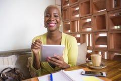 Młoda eleganckiego i pięknego czarnego afrykanina Amerykańska biznesowa kobieta pracuje online z cyfrowym pastylka ochraniaczem p Zdjęcie Royalty Free