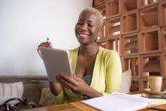 Młoda eleganckiego i pięknego czarnego afrykanina Amerykańska biznesowa kobieta pracuje online z cyfrowym pastylka ochraniaczem p Obraz Royalty Free