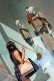 Młoda entuzjastyczna dziewczyna patrzeje sklepowych okno zdjęcia stock