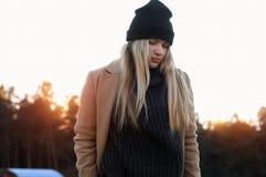Młoda europejska dziewczyna ubierał w modnym pulowerze i żakiecie Zdjęcie Stock