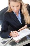 Młoda fachowa biznesowa kobieta pracuje przy biurkiem Zdjęcia Royalty Free
