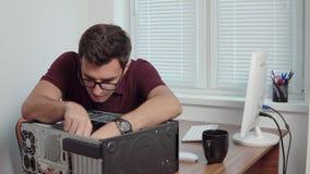 Młoda fachowa pracownik naprawa łamany komputer w biurze używać śrubokręt i ulepszający komputerowego narzędzia zbiory