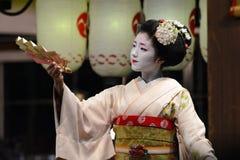 Młoda gejsza zabawia obserwatorów z fan występem w Kyoto i tanem Zdjęcia Royalty Free