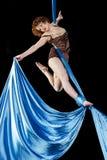 Młoda gimnastyczka wznosi się na powietrznym jedwabiu Obraz Royalty Free