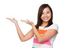 Młoda gospodyni domowa z ręką pokazuje pustą stronę Fotografia Stock