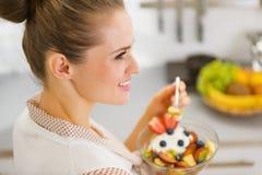 Młoda gospodyni domowej łasowania owoc sałatka. tylni widok Obraz Royalty Free