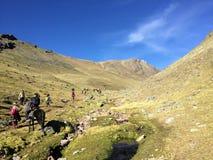Młoda grupa międzynarodowi wycieczkowicze, prowadząca ich lokalnym inka przewdonikiem, żegluje Andes góry na sposobie wspaniały d zdjęcia stock
