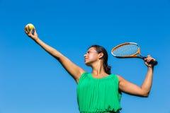 Młoda holenderska kobieta z tenisowym kantem i piłką zdjęcia royalty free