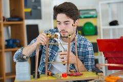 Młoda hydraulika naprawiania groszaka drymba zdjęcia royalty free