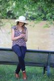 Młoda i ładna kobieta czyta wiadomość na jej smartphone zdjęcia royalty free