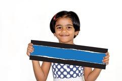 Młoda i śliczna szczęśliwa dziewczyna trzyma pustą notatkę Zdjęcie Stock