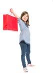 Młoda i śliczna zakupy dziewczyna trzyma czerwoną torbę Zdjęcie Royalty Free