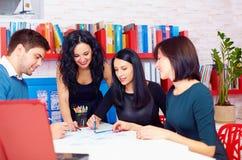 Młoda i kreatywnie drużyna dyskutuje biznesowego projekt Zdjęcia Royalty Free