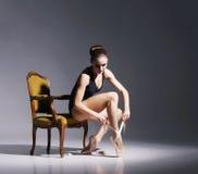 Młoda i piękna balerina z perfect ciałem zdjęcia royalty free