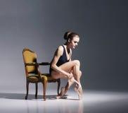 Młoda i piękna balerina z perfect ciałem zdjęcia stock