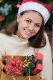 Młoda i piękna caucasian kobieta w czerwonej torbie o obrazy stock