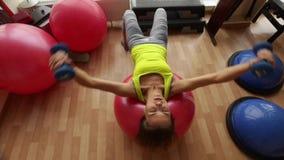 Młoda i piękna dziewczyna Trenuje klatka piersiowa mięśnie w izbowym sprawność fizyczna klubie zdjęcie wideo