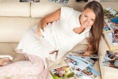 Młoda i piękna kobieta patrzeje lato obrazki obraz royalty free