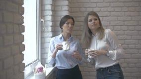 Młoda i Piękna kobieta Pije kawę blisko okno zbiory