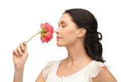 Młoda i piękna kobieta wącha kwiatu Zdjęcia Stock