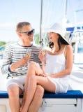 Młoda i piękna para przyjęcia na luksusowej żeglowanie łodzi zdjęcia stock