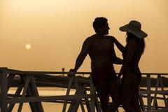 Młoda i przystojna para cieszy się zmierzch zdjęcie stock