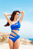 Młoda i seksowna kobieta pozuje w błękitnym swimsuit na plaży Fotografia Royalty Free