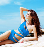 Młoda i seksowna kobieta w błękitnym swimsuit na plaży Zdjęcia Royalty Free