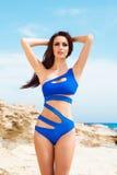 Młoda i seksowna kobieta w błękitnym swimsuit na plaży Zdjęcie Stock
