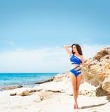 Młoda i seksowna kobieta w błękitnym swimsuit na plaży Obraz Stock