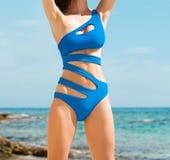 Młoda i seksowna kobieta w błękitnym swimsuit na plaży Fotografia Royalty Free