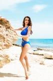 Młoda i seksowna kobieta w błękitnym swimsuit na plaży Obrazy Royalty Free