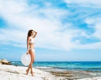 Młoda i seksowna kobieta w białym swimsuit na plaży Zdjęcie Stock