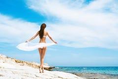 Młoda i seksowna kobieta w białym swimsuit na plaży Fotografia Stock