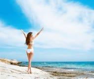Młoda i seksowna kobieta w białym swimsuit na plaży Obrazy Stock