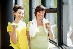 Młoda i stara kobieta ćwiczy indoors zdjęcie stock