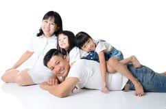 Młoda i szczęśliwa azjatykcia rodzina cieszy się wpólnie obraz royalty free