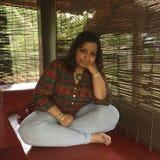 Młoda Indiańska dama z krzyżować nogami na ganeczku Obraz Stock