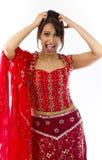 Młoda Indiańska kobieta ciągnie jej włosy i krzyczy w frustraci Zdjęcie Stock