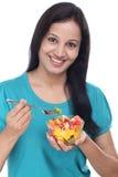 Młoda Indiańska kobieta je owocowej sałatki Obrazy Stock