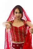 Młoda Indiańska kobieta pokazuje kciuki zestrzela znaka od oba ręk Fotografia Royalty Free