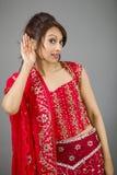 Młoda Indiańska kobieta próbuje słuchać Fotografia Royalty Free