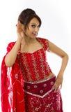 Młoda Indiańska kobieta próbuje słuchać Zdjęcia Royalty Free