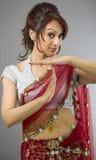 Młoda Indiańska kobieta robi czasowi out sygnalizuje z rękami Obraz Stock
