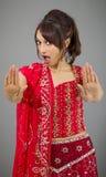 Młoda Indiańska kobieta robi przerwie gestykulować znaka od oba ręk Fotografia Stock