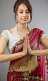 Młoda Indiańska kobiety pozycja w modlitewnej pozyci Fotografia Royalty Free