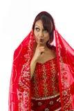 Młoda Indiańska kobiety pozycja z palcem na wargach Obrazy Royalty Free